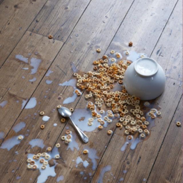 Plato de cereal derramado en el piso