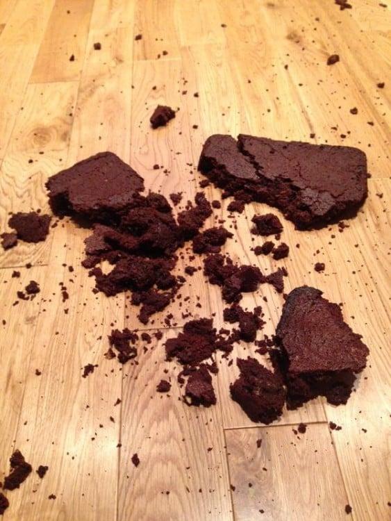 Brownies en el piso hechos pedazos