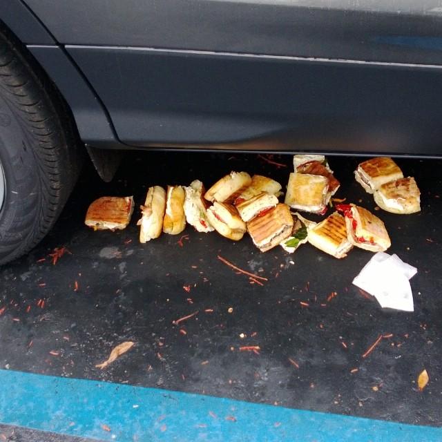 Sándwich italiano tirados debajo de un coche