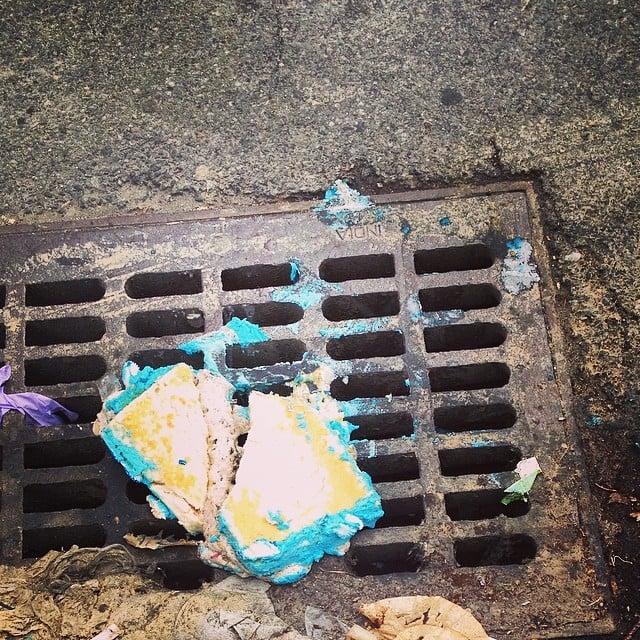 Pastel tirado en el suelo sobre una coladera