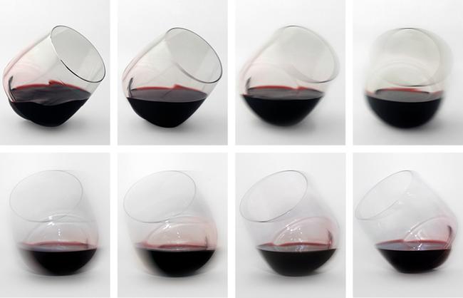 Diferentes posiciones de un vaso de vino que no se derrama