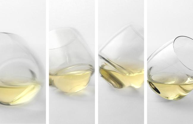 Efecto de las copas que no se derraman sobre una superficie plana