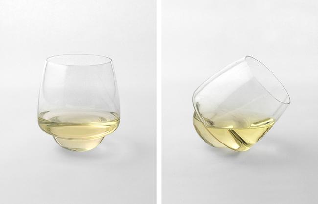 Copas de vino Saturno que no se derrama sobre una superficie plana