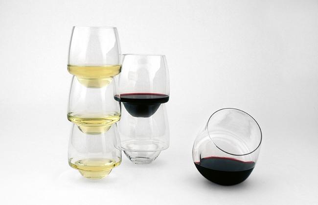 Vasos de vino Saturno que no se derraman apilados sobre una superficie blanca