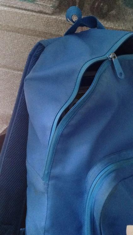 Mochila de color azul con el cierre descompuesto