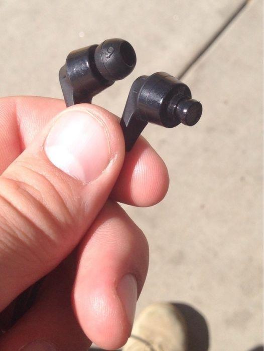 Uno de los auriculares que están en esta mano no tiene su esponja