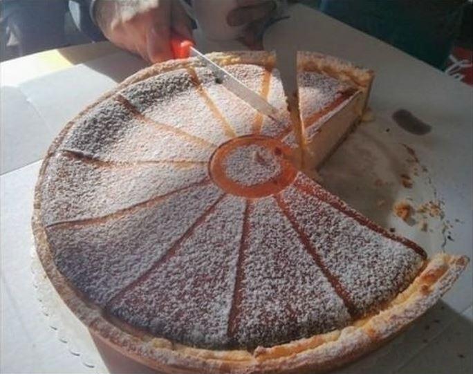 Mano partiendo de manera equivocada una parte de pastel