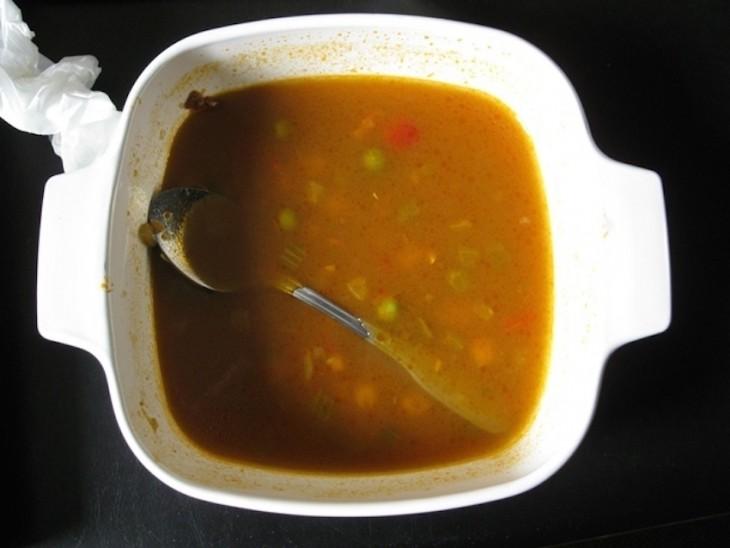 Plato de comida con una cuchara sumergida dentro ella