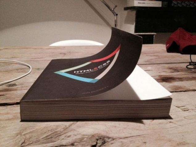 Pasta de un libro doblada hacia arriba