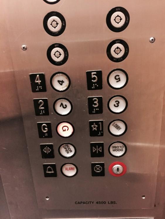 botones desordenados de un ascensor