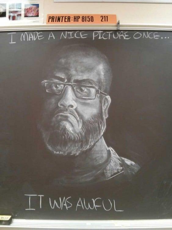 Dibujo en la pizarra de la cara de un hombre diciendo que hizo una fotografía hermosa