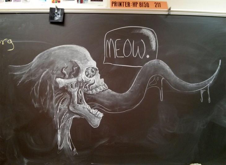 Pizarra con un dibujo de una calavera sacando a lengua con una leyenda que dice ¡Meow!