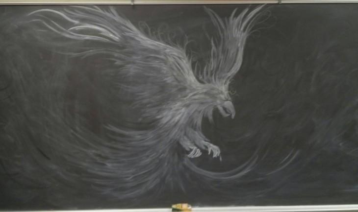 Dibujos en la pizarra de una ave fénix