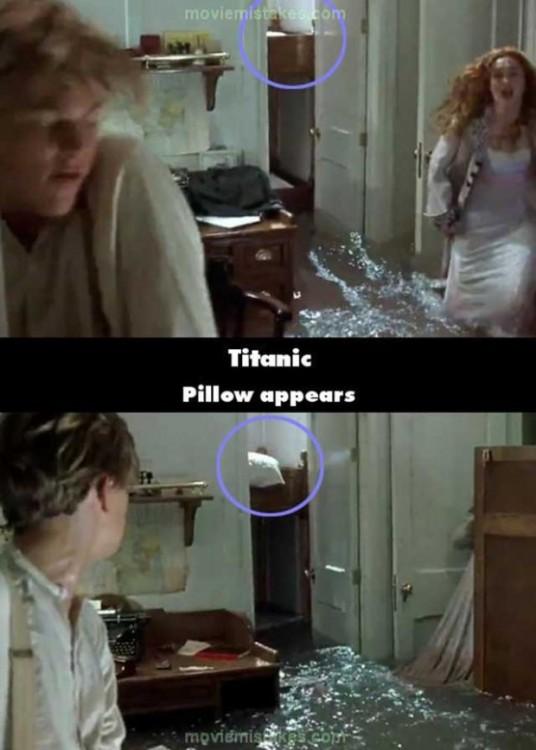 Error de la película Titanic donde aparece una almohada de una escena a otra