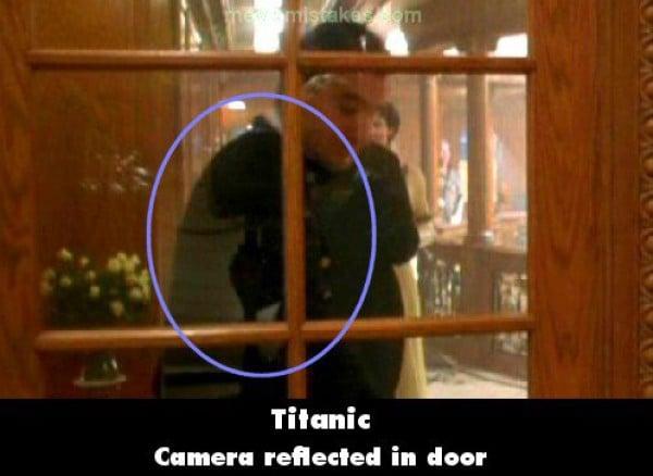 Escena de la película titanic con la cámara reflejada en la puerta