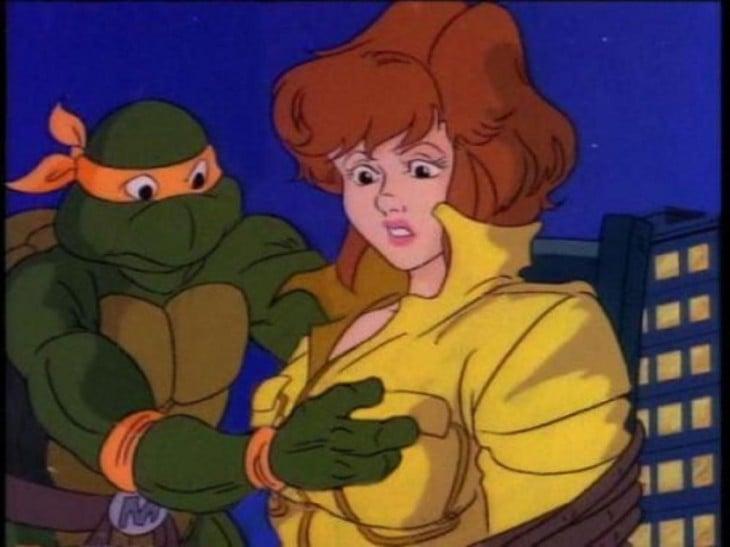 Escena de las tortugas ninja donde miguel angelo tiene la mano sobre un seno de una chica