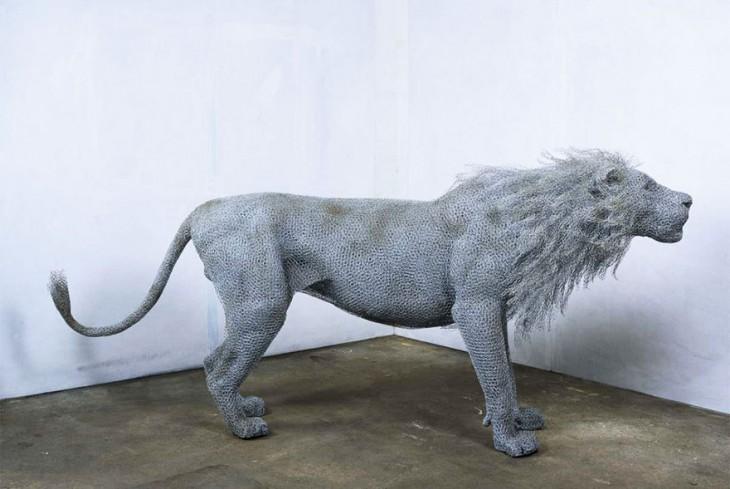 Escultura de un león hecha de alambre torcido