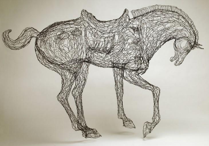 Escultura de alambre con forma de caballo