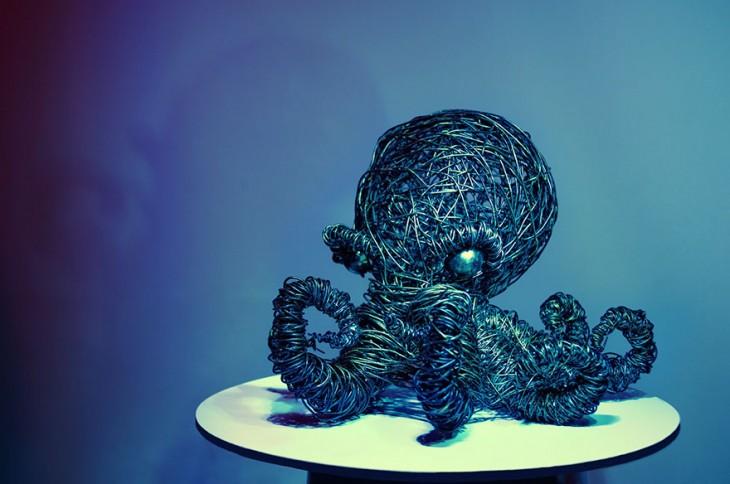 Escultura de alambre con forma de pulpo