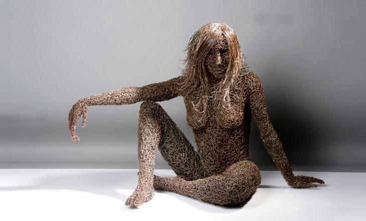 Escultura de alambre con la figura de una mujer por Mattia Trotta