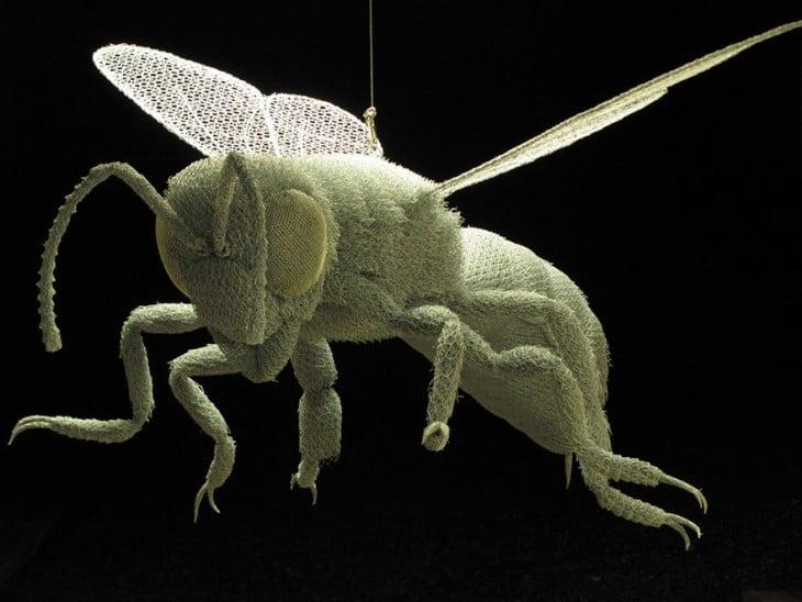 Escultura de alambre que forma una abeja