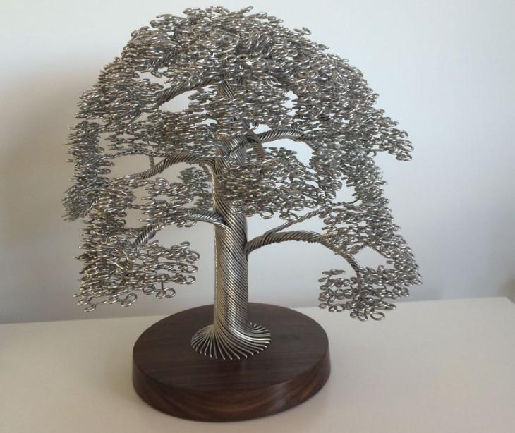 Escultura de un árbol de alambre