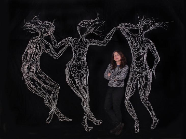 Elizabeth Berrien con sus esculturas de alambre