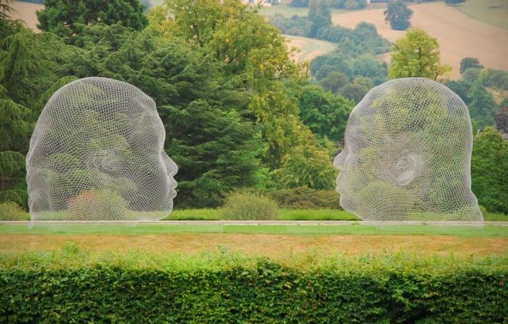 Escultura de alambre con la forma de dos cabezas