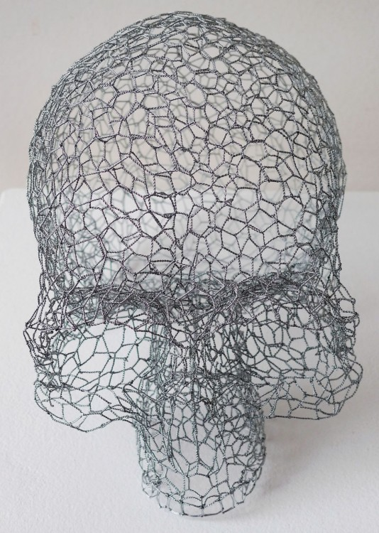 Escultura de alambre con la figura de un cráneo