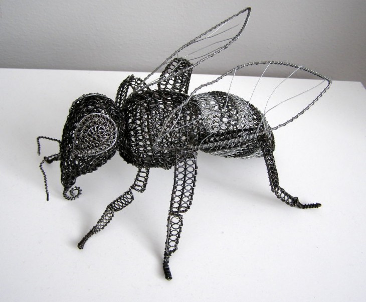 Escultura de alambre con la figura de abeja