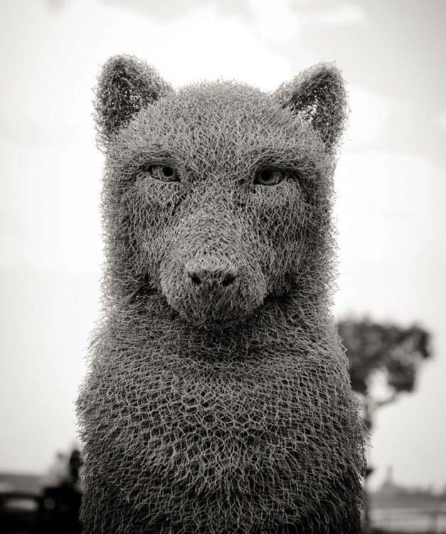 Escultura con forma de lobo hecho de alambre