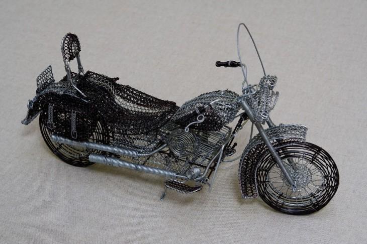 Escultura de alambre con la figura de una moto Harley