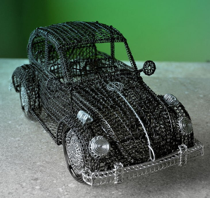Escultura de alambre con la figura de un Volkswagen