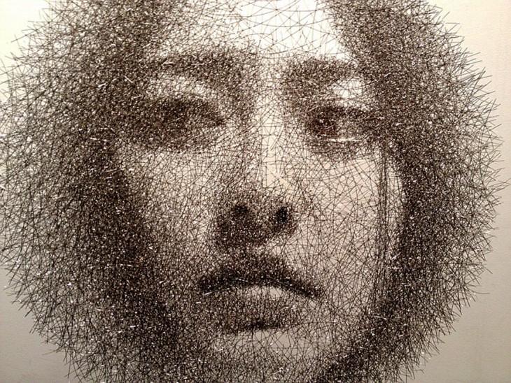 Escultura de alambre formando una cara