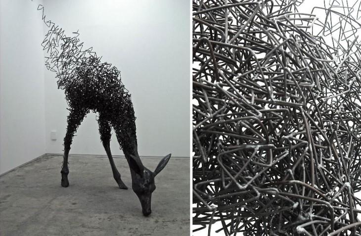 Escultura hecha con alambre formando un ciervo