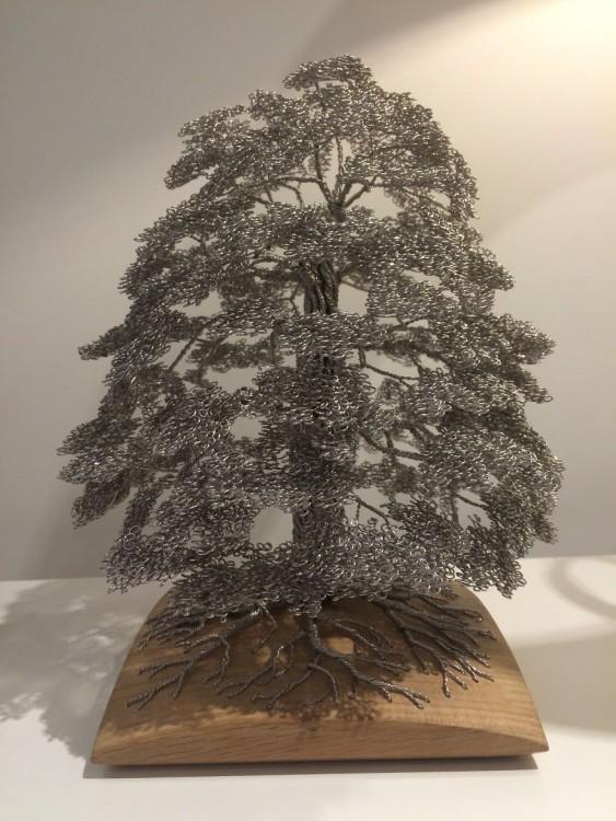 Escultura hecha de alambre formando un árbol