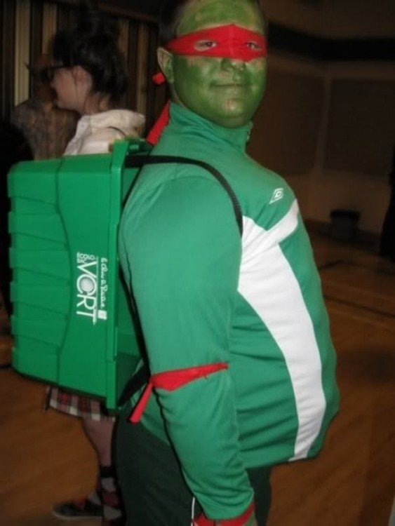 Chico disfrazado de una tortuga ninja