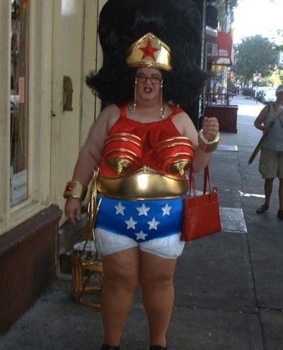 Mujer disfrazada de la mujer maravilla