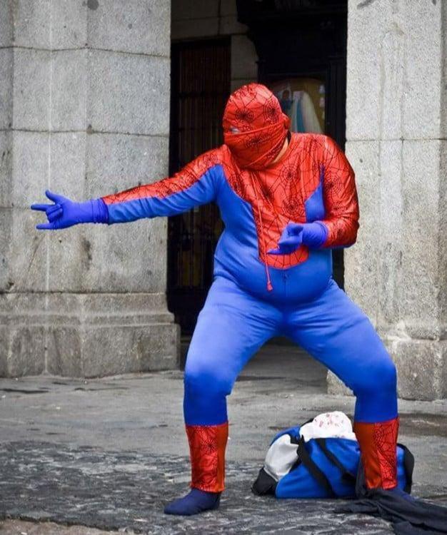 Hombre disfrazado de spiderman