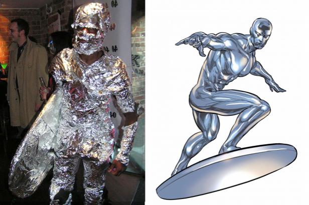 Niño disfrazado de silver surfer envuelto en papel aluminio a lado de una imagen de silver surfer