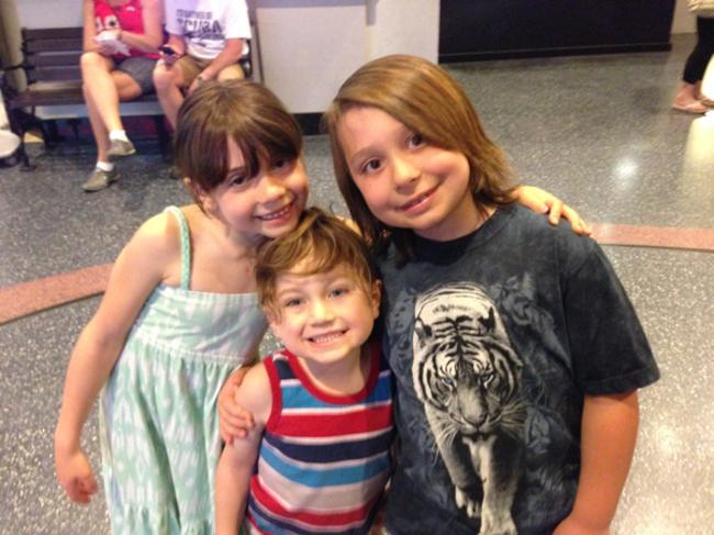 3 jovencitos abrazados