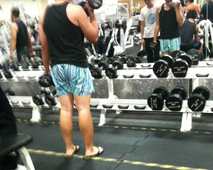 Chico en un gimnasio vestido con sandalias y short
