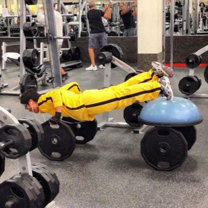 Chico haciendo ejercicio vestido de color amarillo con rallas negras a un costado