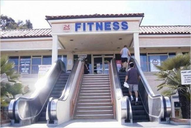 Escaleras eléctricas para acceder a un gimnasio