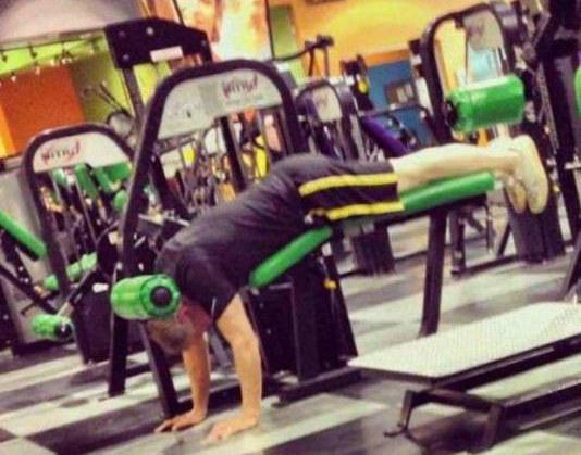 Hombre que no sabe usar los aparatos en el gym