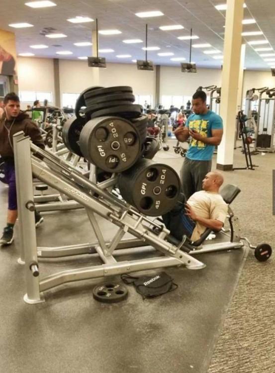 Chico con mucho peso al hacer ejercicio
