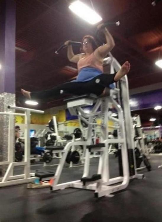Mujer arriba de un aparato muy alto