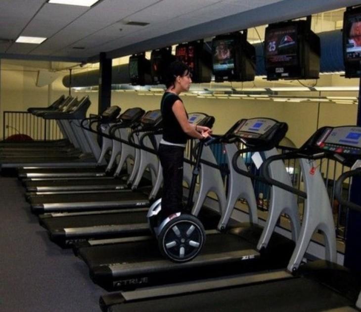 Mujer en las caminadoras de un gimnasio sobre scotter