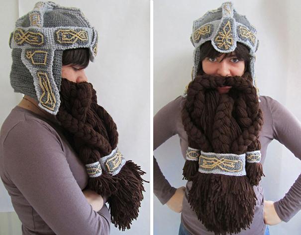 Chica con un gorro de diseño de casco y barba de enano