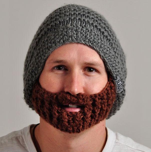 Chico con un gorro con barba incluida